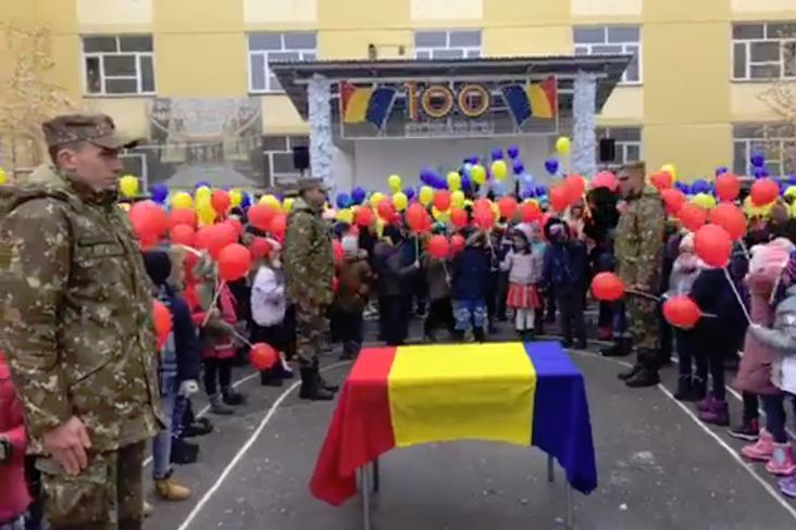"""Moment de NEUITAT pentru militari: Sute de COPII au cântat """"Treceți, BATALIOANE ROMÂNE, Carpații"""" înarmați cu TRICOLORUL"""