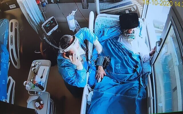 Momente emoționante: Un mire s-a căsătorit în curtea spitalului în care tatăl lui era în stare gravă din cauza noului COVID-19 - FOTO / VIDEO