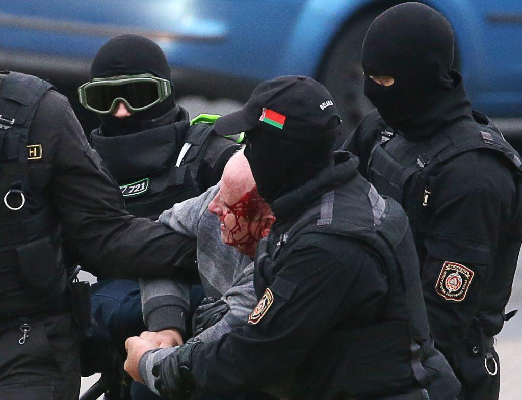 Protestele din Belarus: Poliția are voie să folosească arme militare! Sute de protestatari au fost bătuți și arestați duminică - FOTO