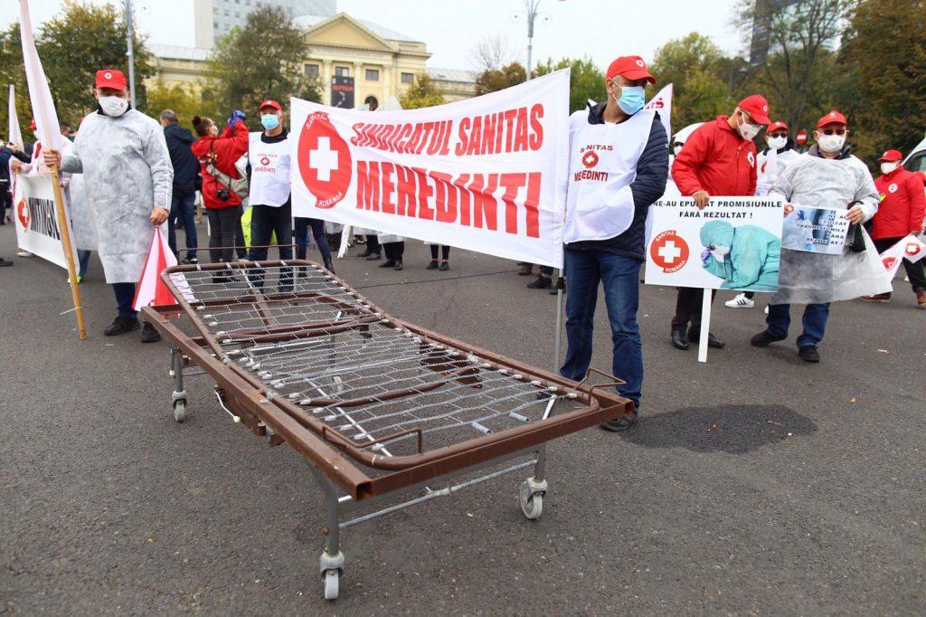 """""""Mitingul epuizării"""". Federația Sanitas pichetează Guvernul: """"S-au îmbolnăvit colegii mei și mor în fiecare zi. Din cauza voastră. Să vă fie rușine!""""- FOTO/VIDEO"""