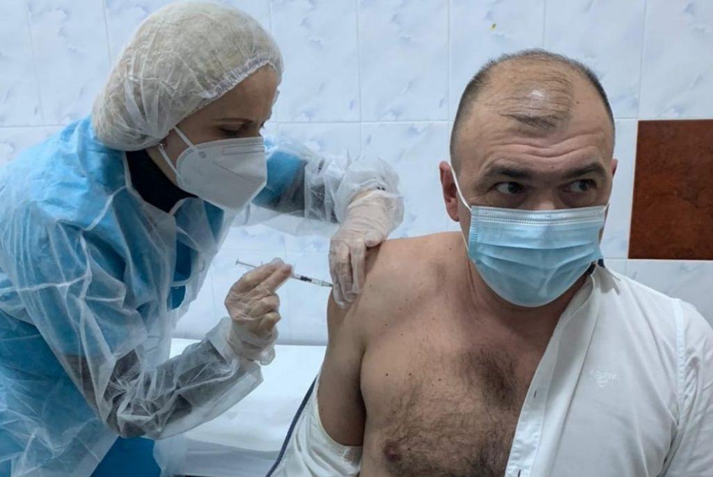 """Primarul din Caransebeș, după ce s-a vaccinat anti-COVID-19: """"Dacă voi avea un cip implantat, niciun necaz, m-am obişnuit cu supravegherea"""""""