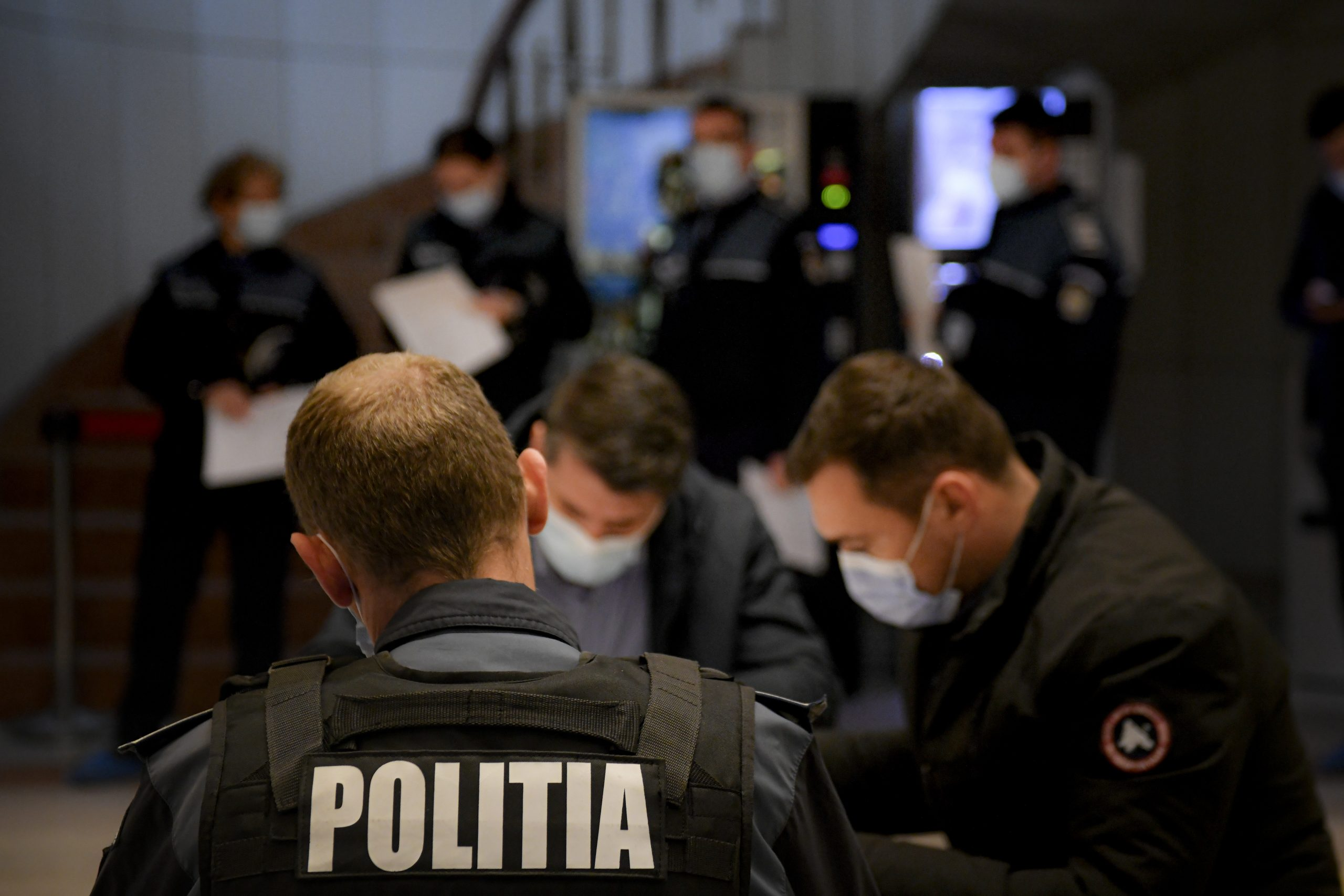 Polițiștii bătăuși. Cum au torturat două persoane care le-au reproșat că nu poartă mască / Unul dintre agresori ar fi lider într-un mare sindicat din Poliție! - Gândul