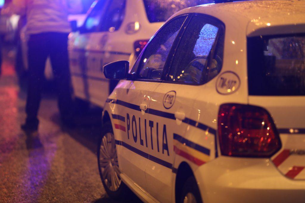 O șoferiță de 20 de ani a transportat patru copii pe barele metalice ale maşinii. Ce amendă a primit