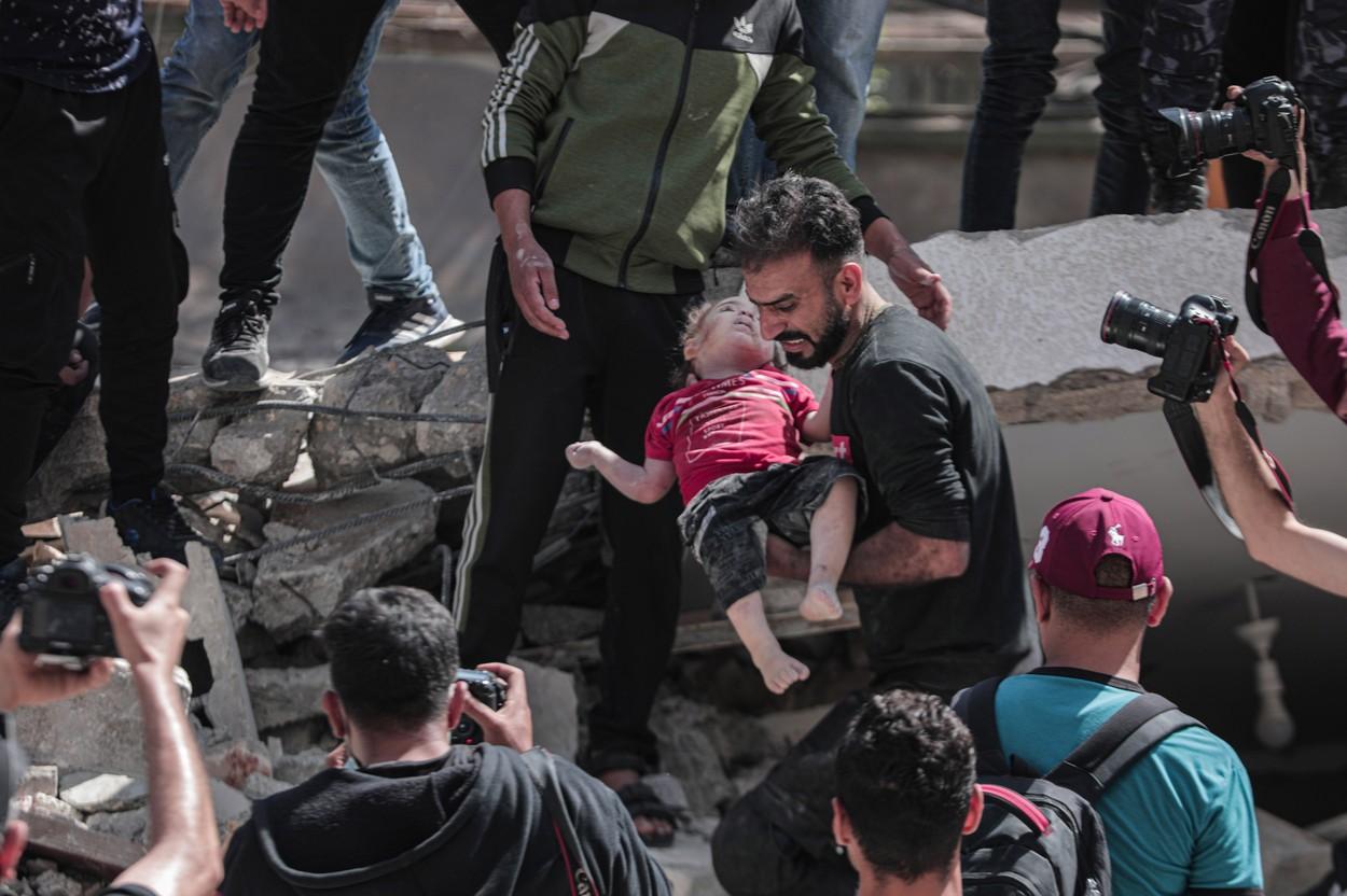 Conflictul Israel-Palestina escaladează: Zeci de raiduri aeriene au avut loc în weekend în Fâșia Gaza. Aproape 200 de oameni, inclusiv 58 de copii, au fost uciși - FOTO