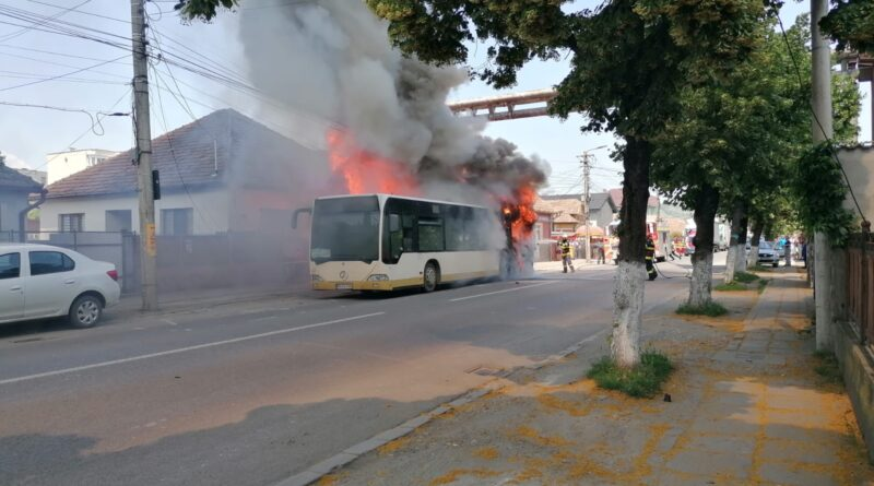 Un autobuz cu pasageri a luat foc în orașul Târnăveni, din județul Mureș (FOTO-VIDEO)