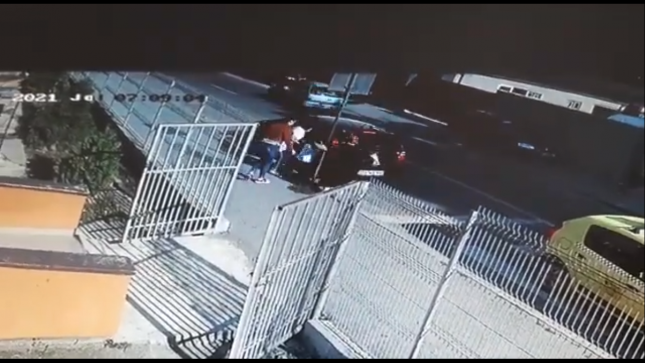Imagini șocante la o grădiniță din Craiova. O mamă își ia copiii cu forța și îi duce într-o mașină (VIDEO)