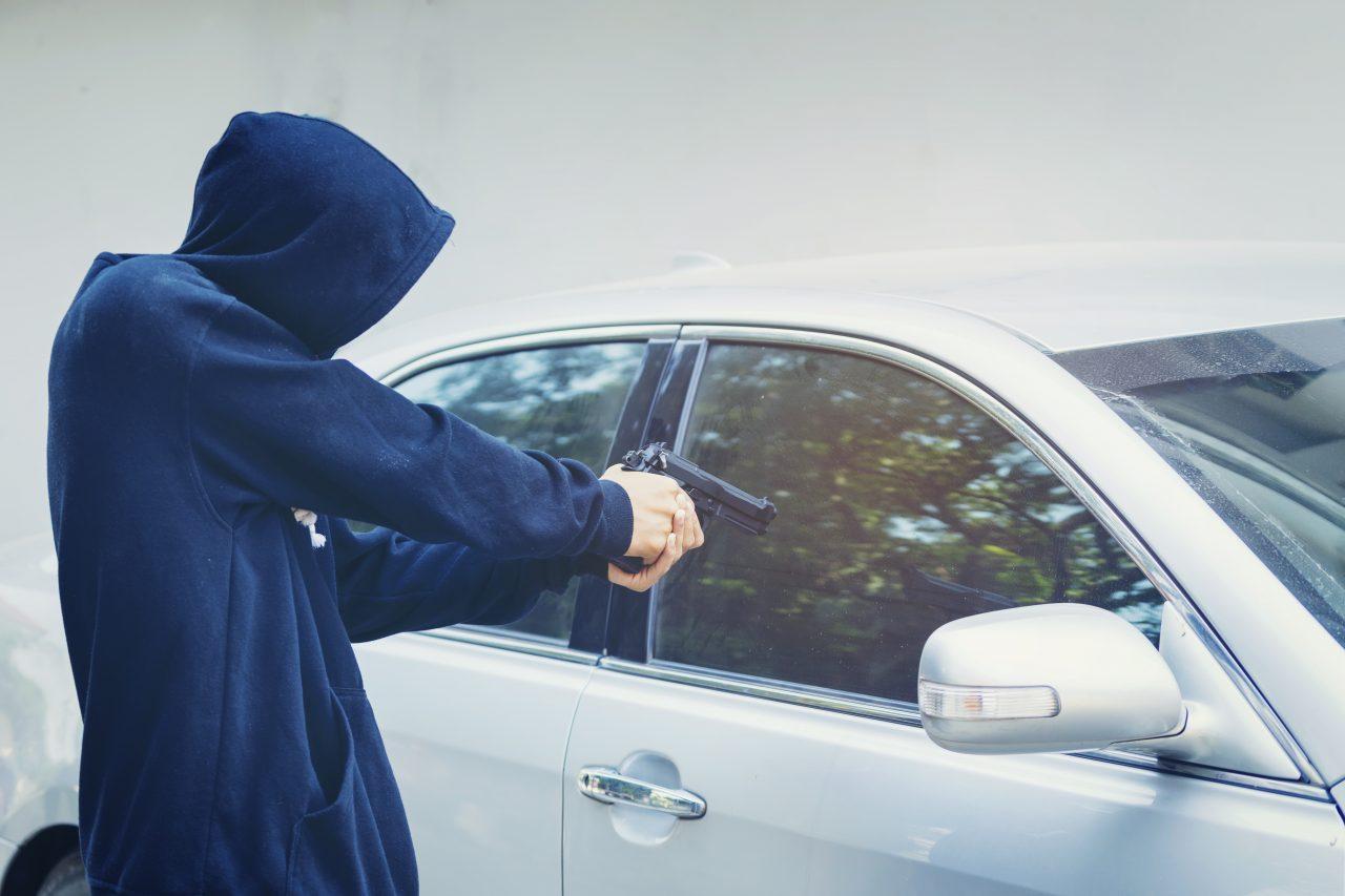 Jaf ca în filme în București. Un bărbat a amenințat cu pistolul un șofer și i-a furat mașina